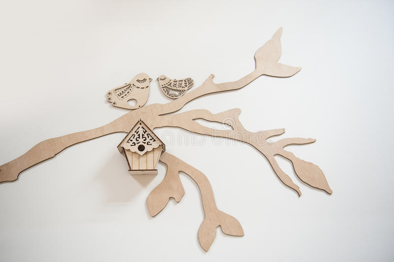Deux oiseaux et volières en bois découpés hors du bois photos libres de droits