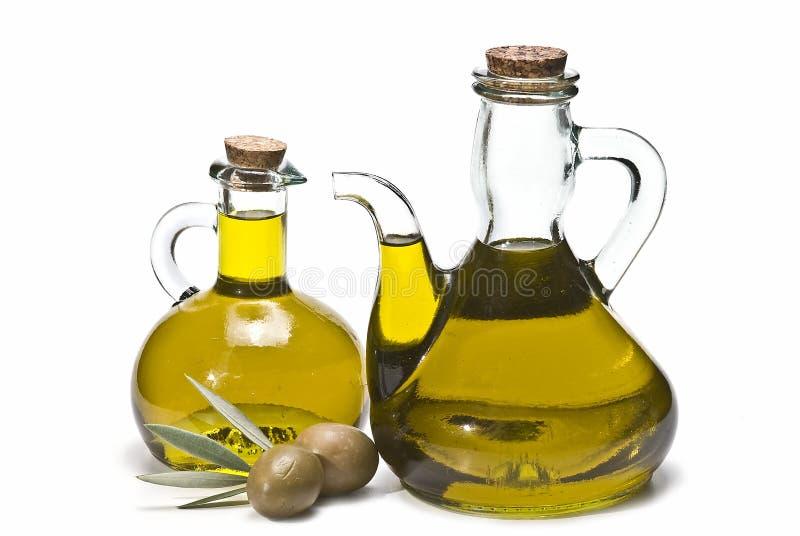 Deux olives vertes et deux bouteilles. images stock