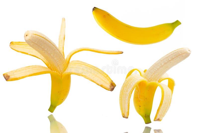 deux ont épluché des bananes d'isolement sur le blanc images libres de droits