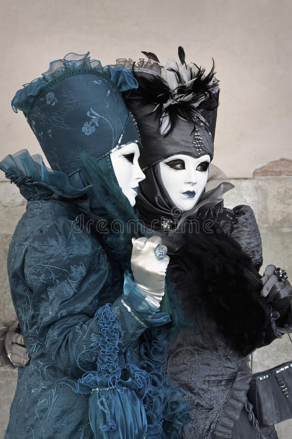 Deux ont costumé des femmes au carnaval 2011 de Venise photo libre de droits