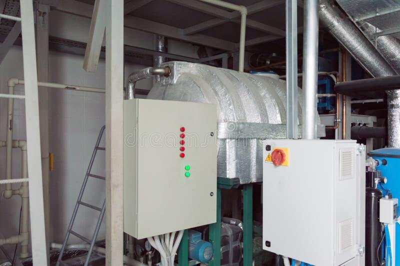 Deux ont fermé des compartiments de commandes système de ventilation dans la salle industrielle de ventilation photos stock