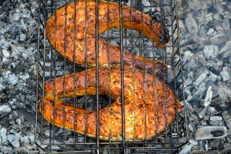Deux ont grillé les biftecks saumonés Période d'été de charbons image stock