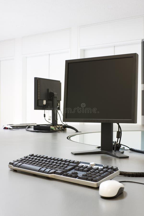 deux ordinateurs dans un bureau photo stock image du. Black Bedroom Furniture Sets. Home Design Ideas