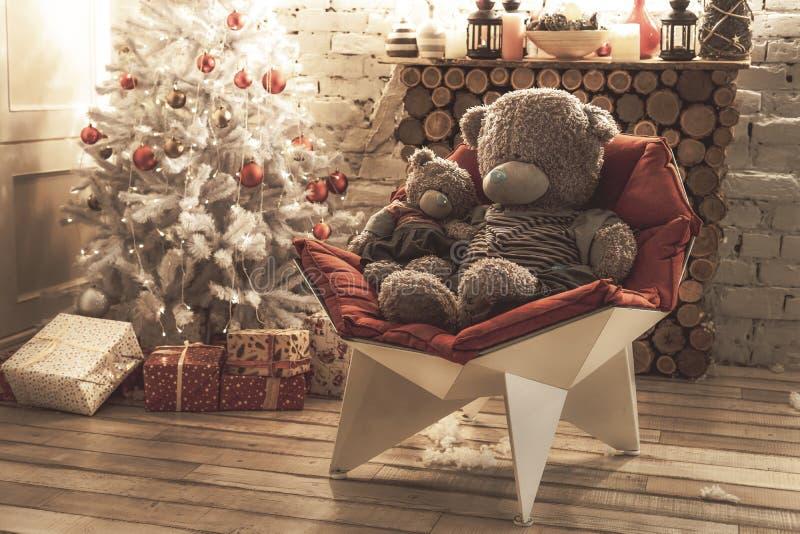 Deux ours de Teddy sur une chaise rouge blanche photo libre de droits