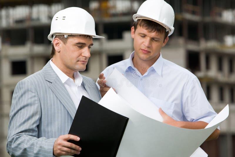 Deux ouvriers photo stock
