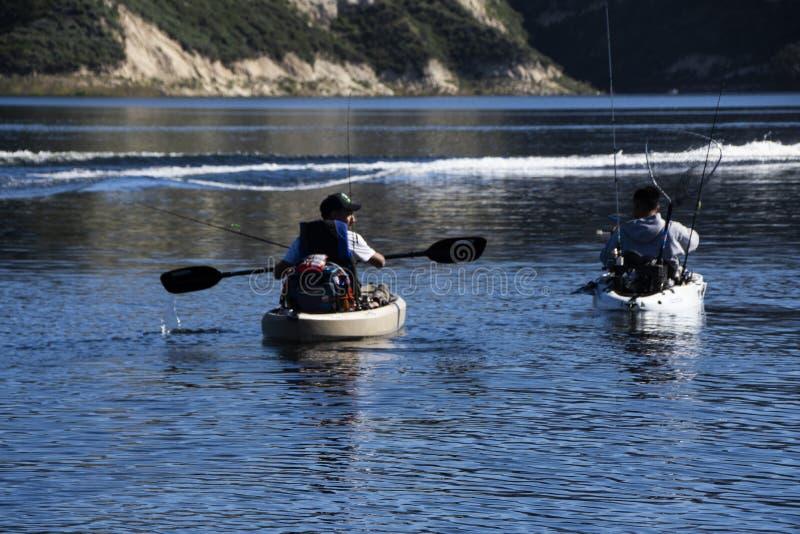 Deux pêcheurs à la ligne dans des kayaks à pêcher au lac Cachuma, Santa Barbara County images libres de droits