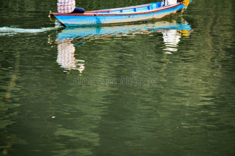 Deux pêcheurs à la ligne sur le lac Phewa photographie stock