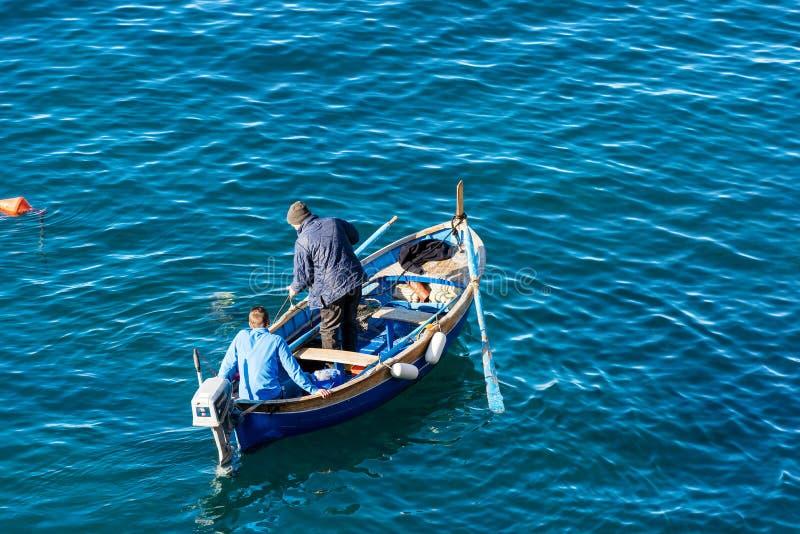 Deux pêcheurs sur un bateau - Riomaggiore Ligurie Italie photo stock