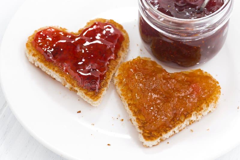 Deux pains grillés dans la forme de coeur avec le fruit bloque, plan rapproché photo stock