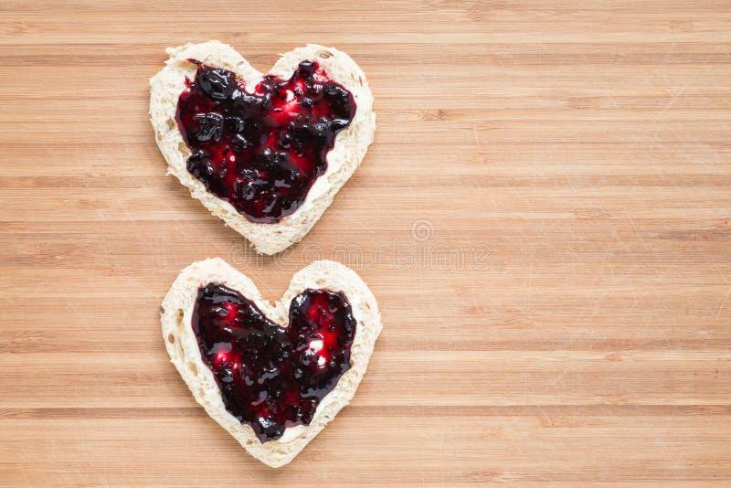 Deux pains grillés en forme de coeur photos stock