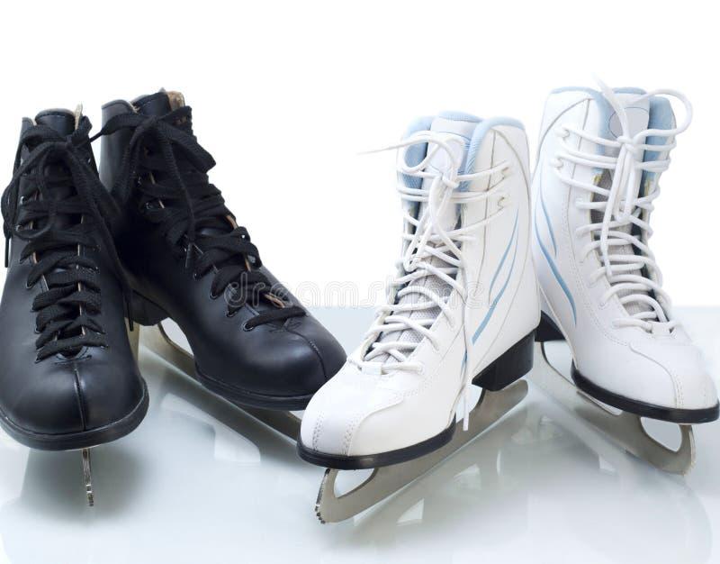 Deux paires de figure patins noire et blanche image stock