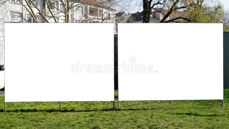Deux panneaux d'affichage en blanc côte à côte images libres de droits