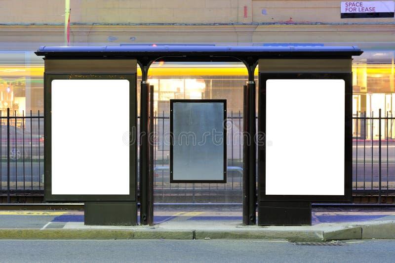 Deux panneaux-réclame de publicité à l'arrêt de train photographie stock libre de droits