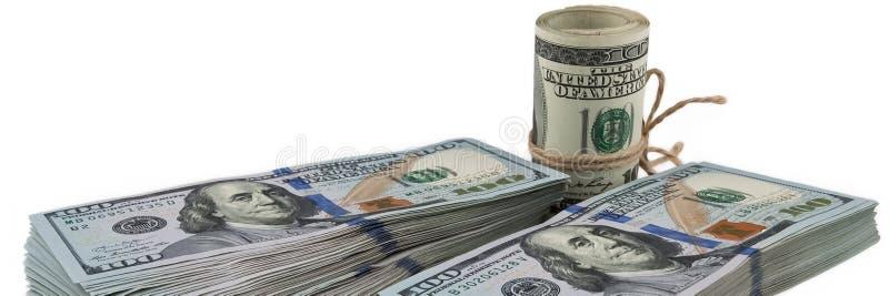 Deux paquets de cent billets d'un dollar et un rouleau de dollars attachés avec une corde sur un fond blanc Vue sous un angle, du photo libre de droits