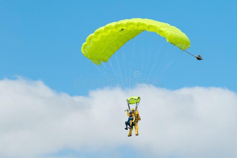 Download Deux Parachutistes Exécutant Le Parachutisme Avec Des Parachutes Photographie éditorial - Image du noir, couples: 77162127