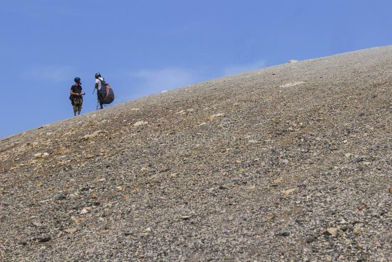Deux parachutistes se préparent au vol Bord de la montagne et photo stock