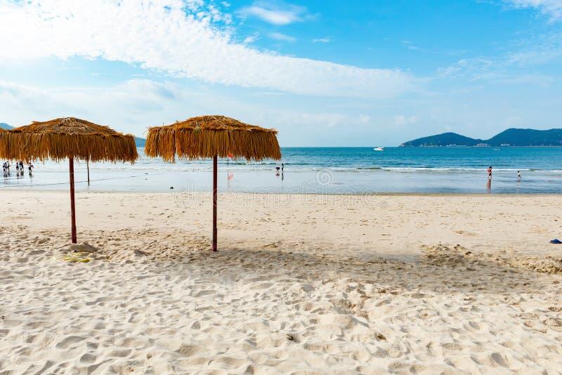 Deux parapluies sur une plage image stock
