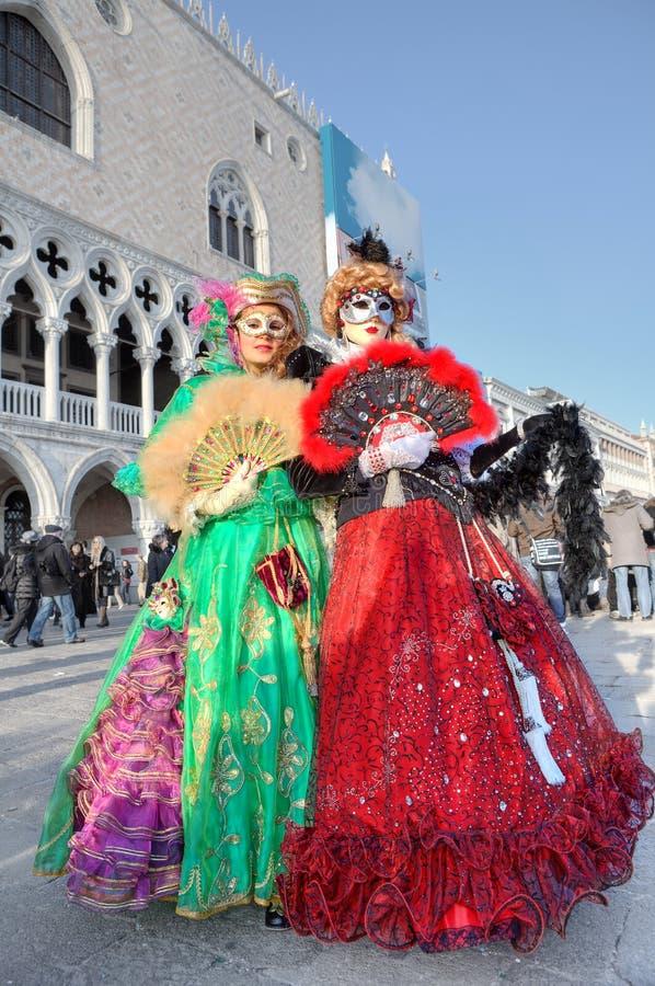 Deux participants au carnaval vénitien. photographie stock libre de droits