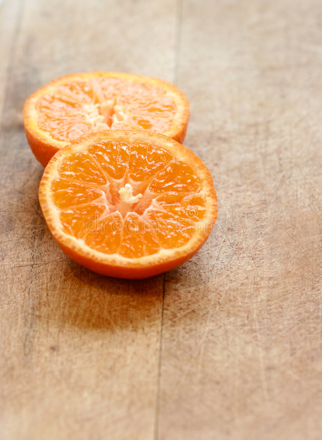 Deux parts d'orange juteuse image stock