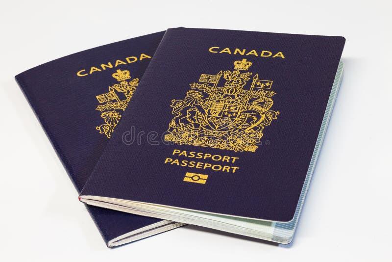 Deux passeports canadiens sur le fond blanc photos libres de droits