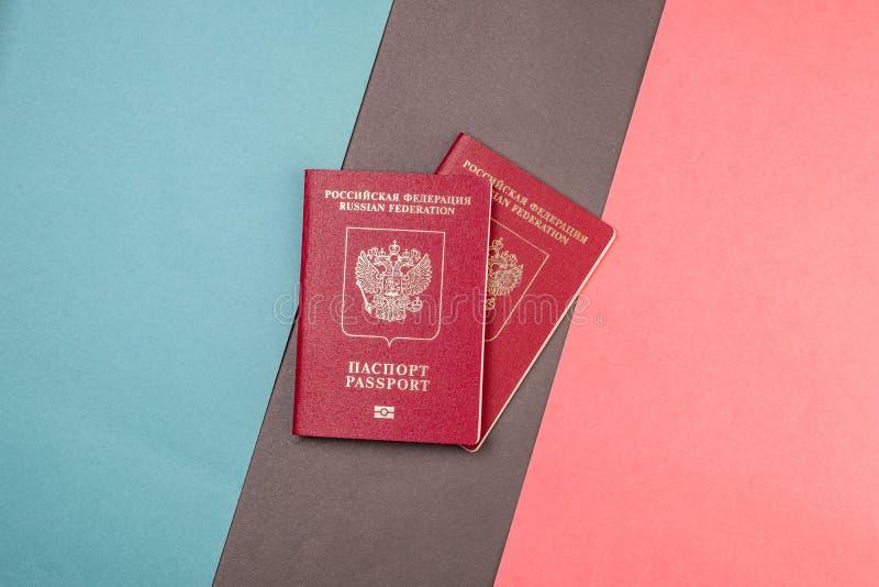 Deux passeports russes sur un fond de trois-couleur photos libres de droits