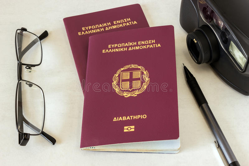 Deux passeports, verres et un appareil-photo Concept - préparation de t photos stock