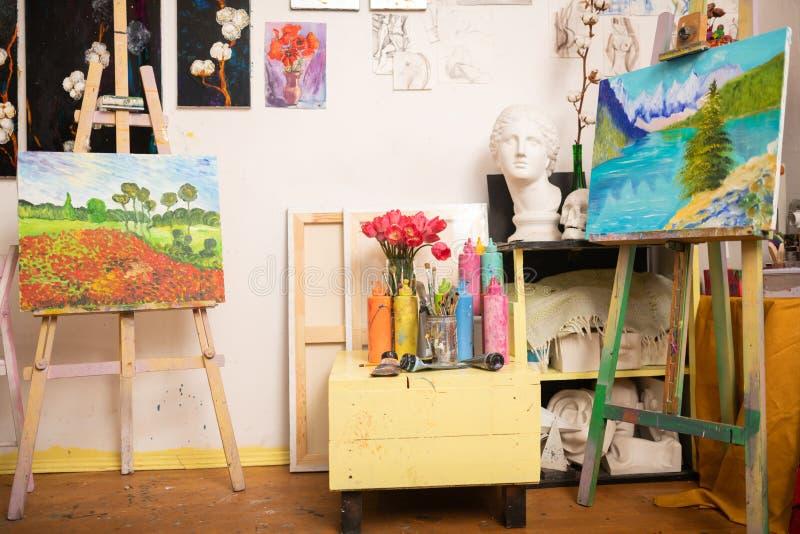 Deux paysages stupéfiants se tenant sur le chevalet de dessin dans l'atelier photos stock