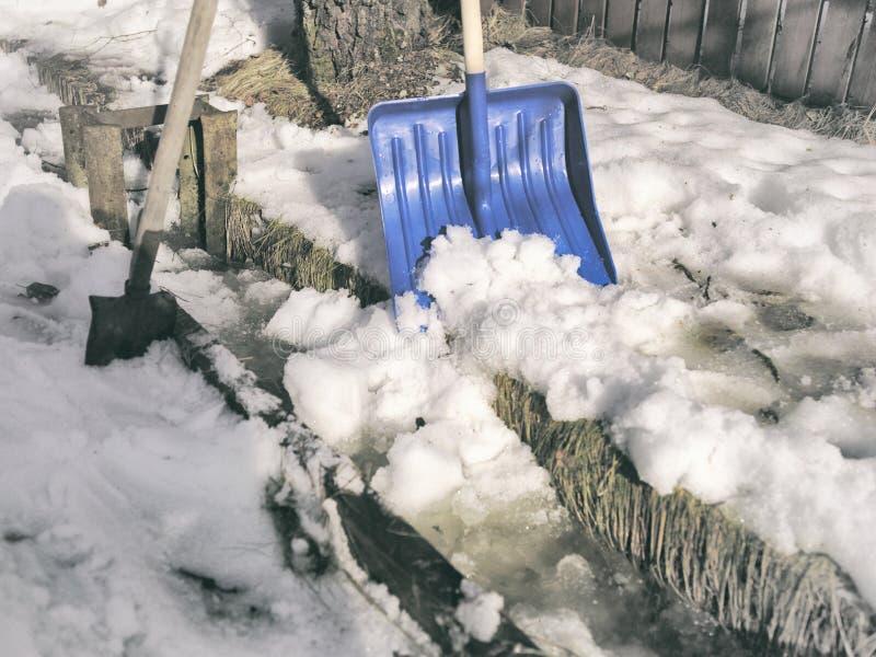 Deux pelles et neige photographie stock