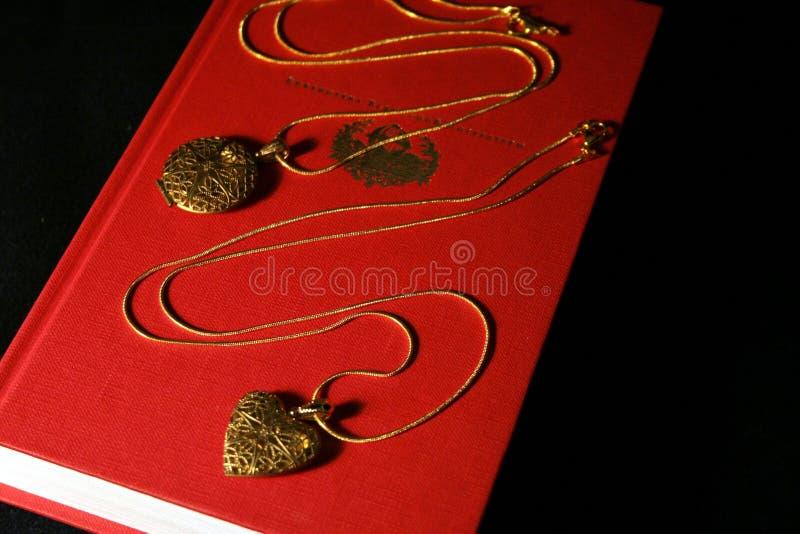 Deux pendants pour un couple affectueux images libres de droits