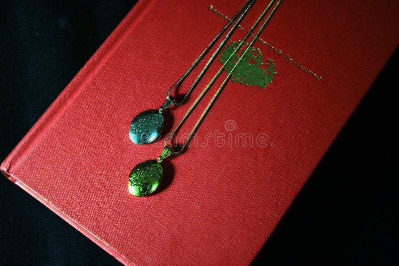 Deux pendants pour un couple affectueux photographie stock libre de droits