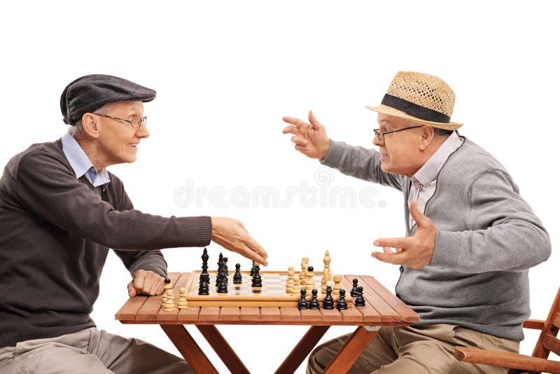 Deux personnes âgées jouant une partie d'échecs photographie stock libre de droits