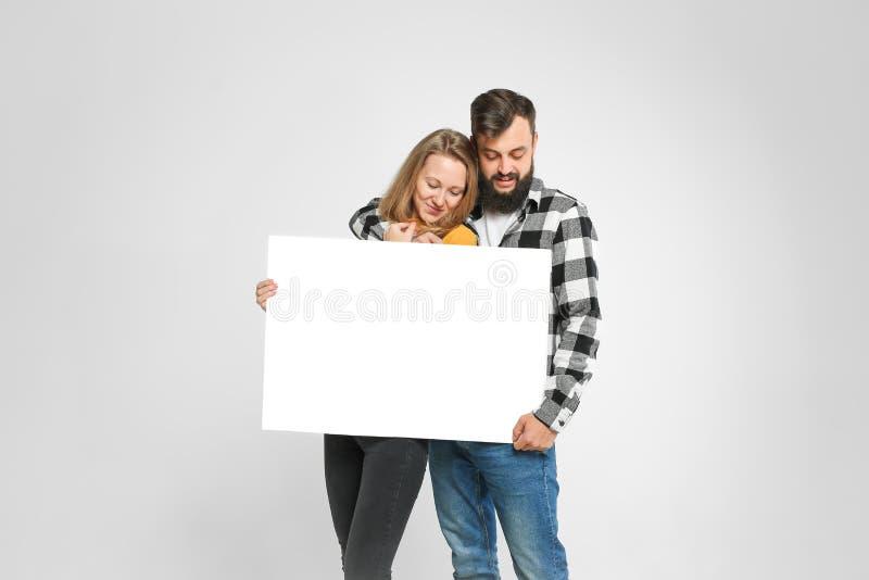 Deux personnes affectueuses heureuses avec l'affiche de maquette photographie stock libre de droits