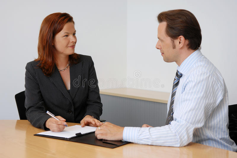 Deux personnes lors d'une réunion d'affaires photo libre de droits