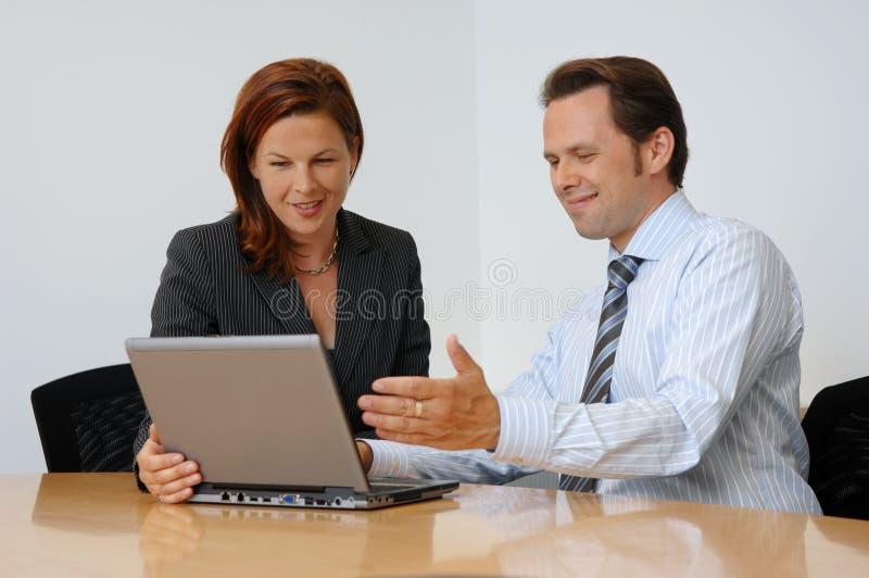 Deux personnes lors d'une réunion d'affaires photo stock