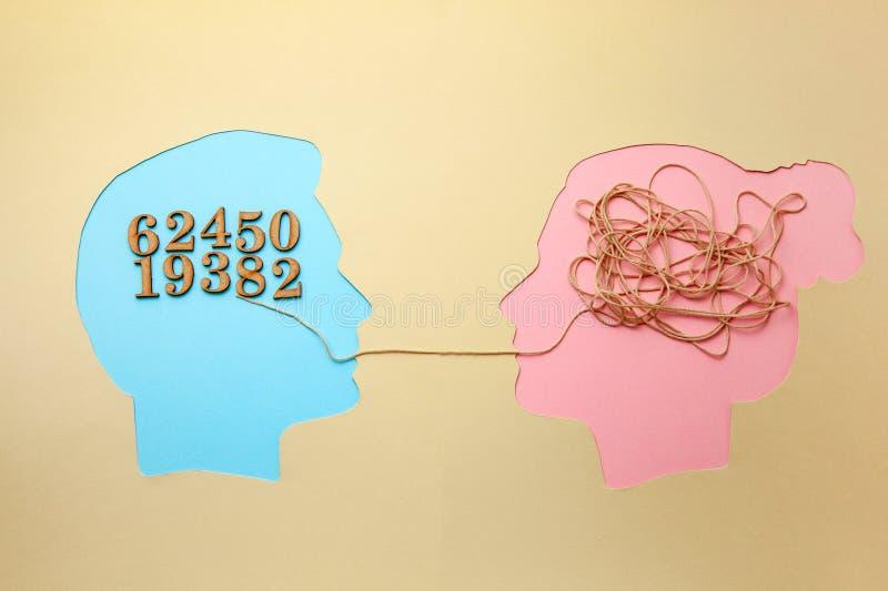 Deux personnes communiquent face à face, l'homme et la femme Décodage de concept et problème de compréhension, conflit photographie stock