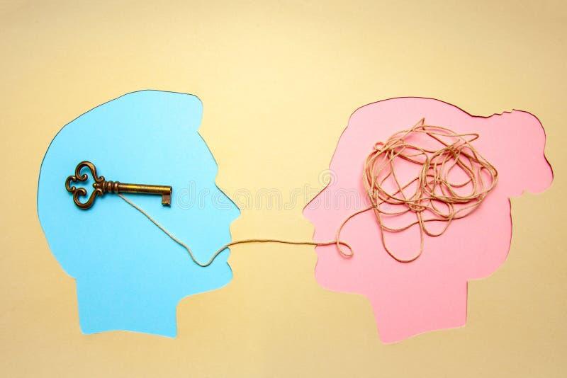 Deux personnes communiquent face à face, l'homme et la femme Décodage de concept et problème de compréhension, conflit photos stock