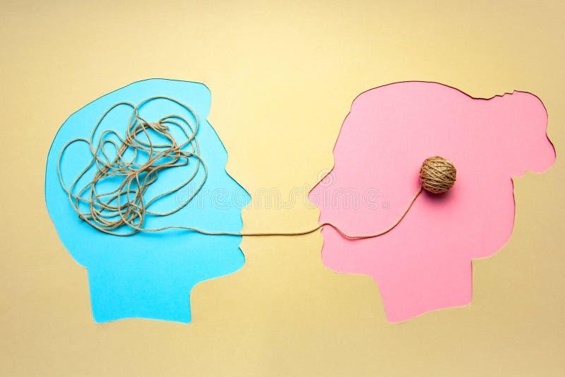 Deux personnes communiquent face à face, l'homme et la femme Décodage de concept et problème de compréhension, conflit photo stock