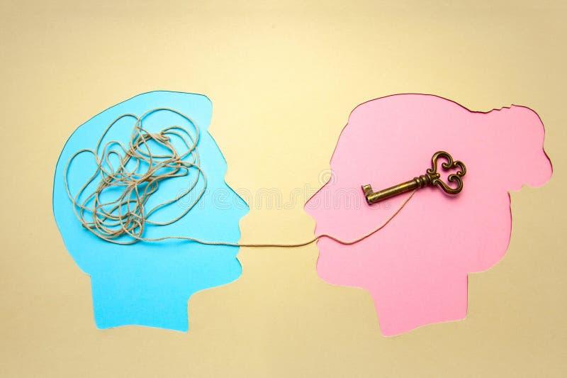 Deux personnes communiquent face à face, l'homme et la femme Problème de décodage et de compréhension de concept ou pensée ration image stock