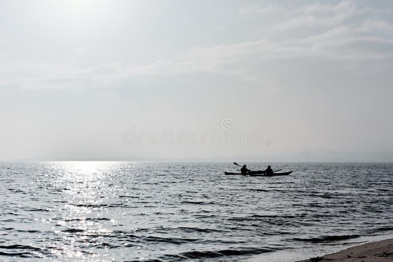 Deux personnes dans des kayaks sur l'océan image stock