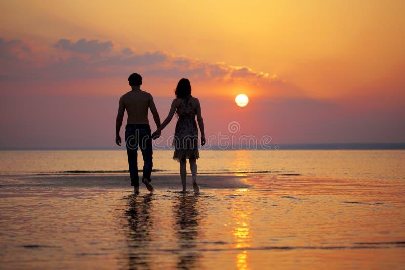 Deux personnes dans l'amour au coucher du soleil photo libre de droits
