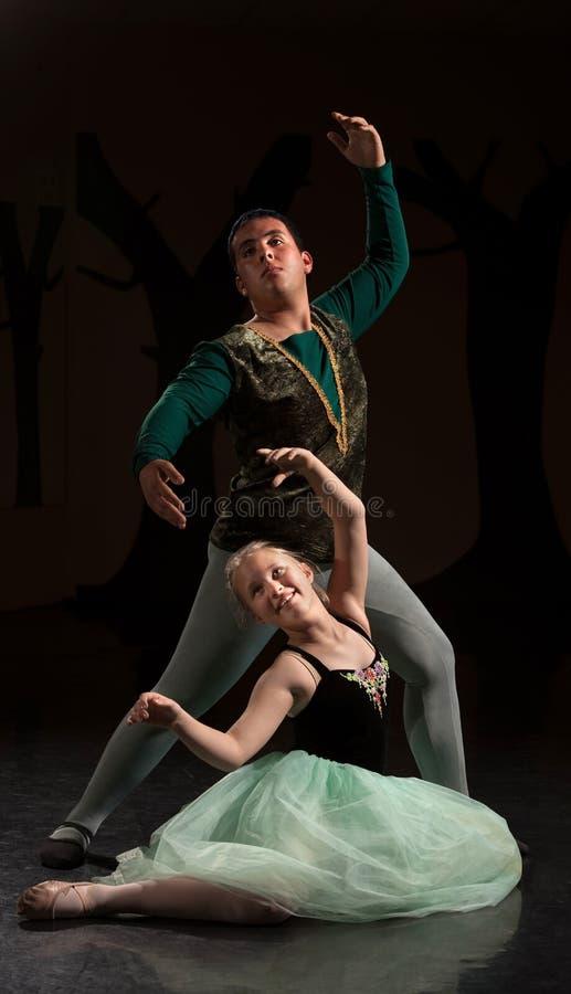 Deux personnes dans le rendement de ballet photo stock
