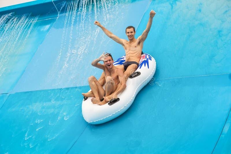 Deux personnes dans un glisseur de l'eau photos stock