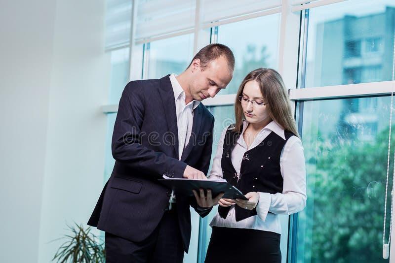 Deux personnes discutant haut étroit de problématique de l'entreprise, hav d'hommes d'affaires photo stock