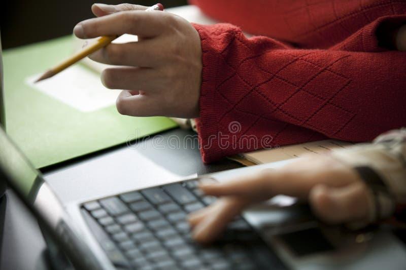 Deux personnes et un ordinateur portatif images libres de droits
