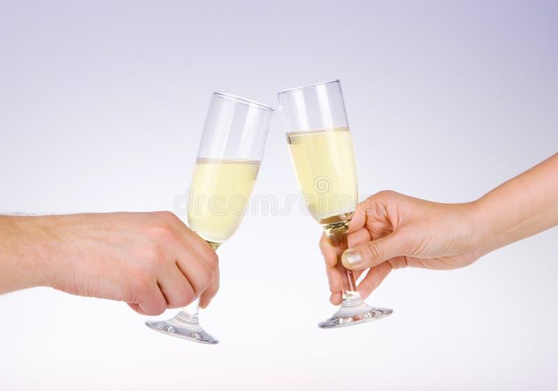 Deux personnes grillant avec des verres de vin photographie stock