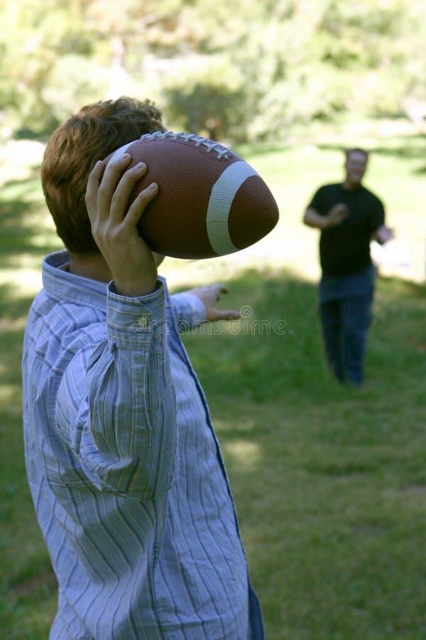 Deux personnes jouant au football image libre de droits