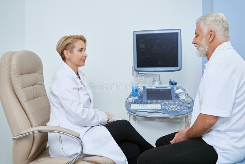 Deux personnes sur l'observation médicale dans l'hôpital photos stock