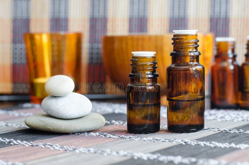 Deux petites bouteilles avec les huiles essentielles Concept d'Aromatherapy, de station thermale et de phytoth?rapie image libre de droits