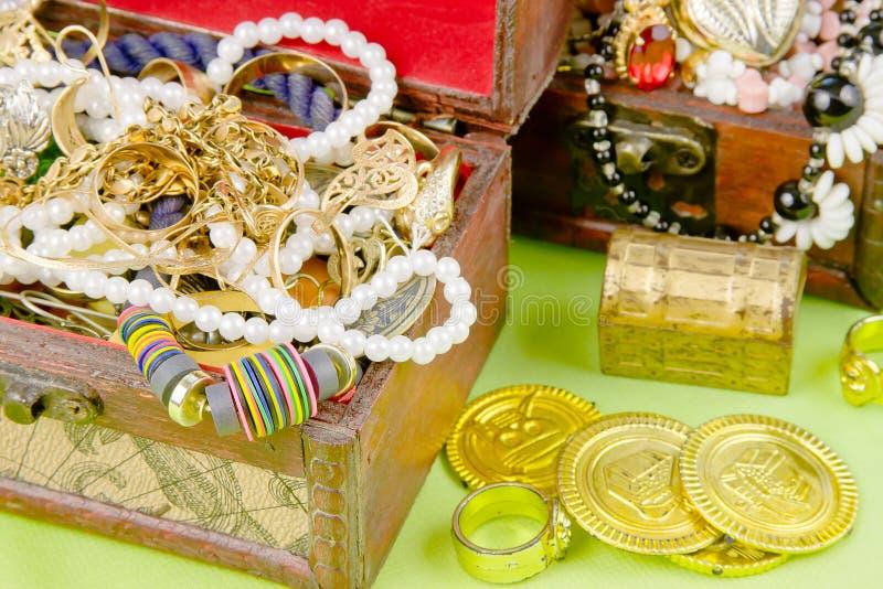 Deux petites cases avec des trésors photographie stock libre de droits