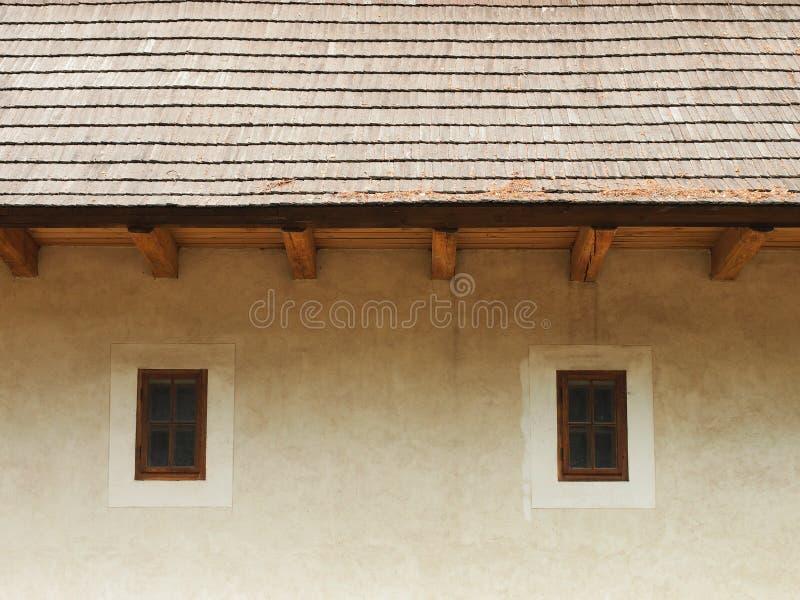 Deux petites fenêtres en bois fermées photographie stock libre de droits